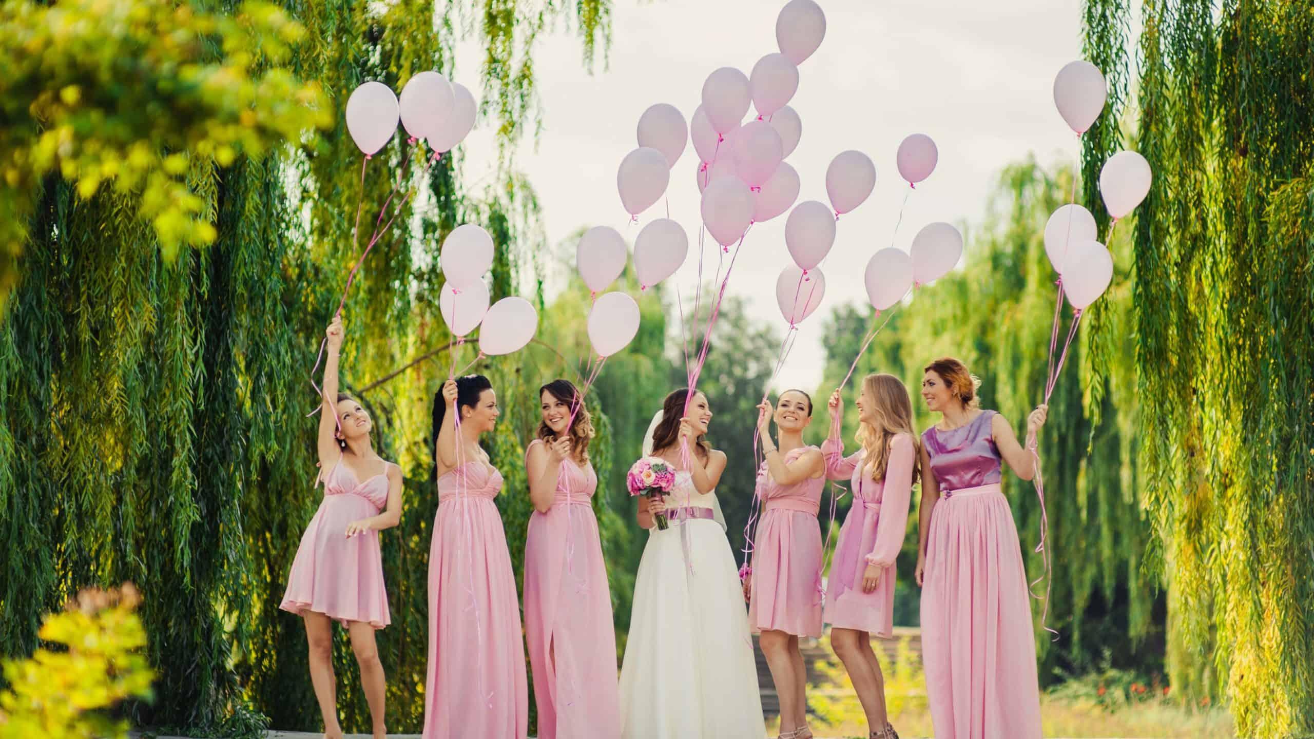 Luftballons steigen lassen zur Hochzeit